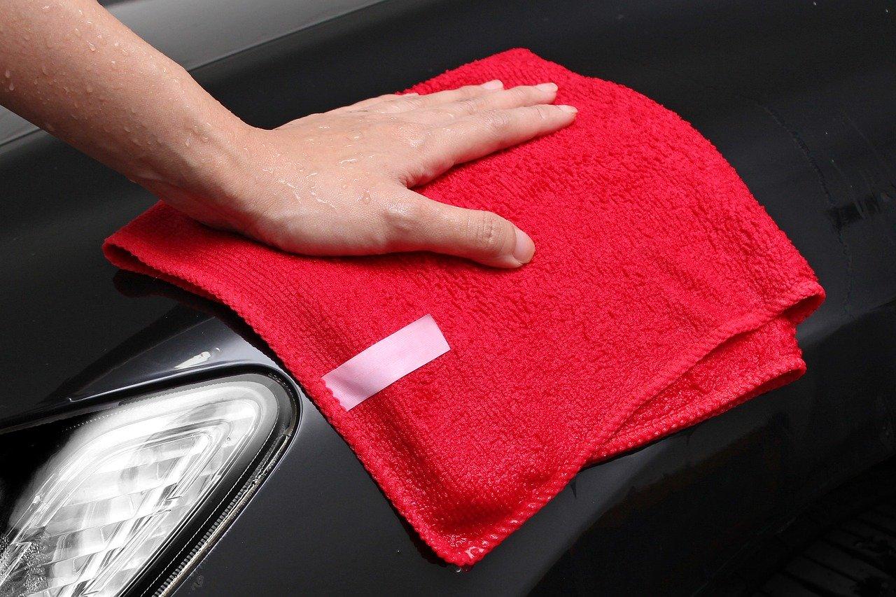 Mit einem Mikrofasertuch kannst Du auch ideal dein Auto waschen.