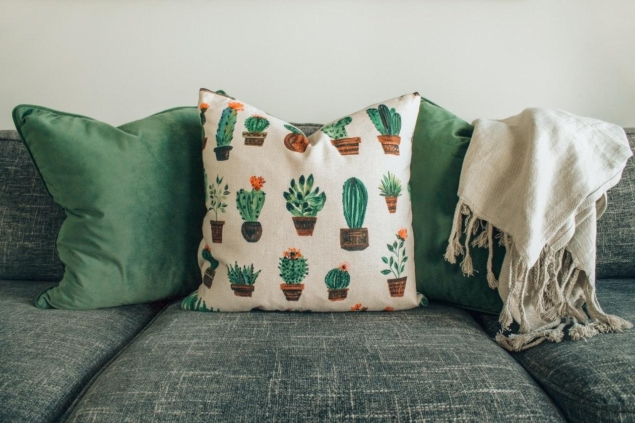 Mit einer Fugendüse kannst Du beispielsweise hevorrangend die Zwischenräume deines Sofas saugen.